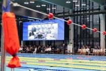 Zdjęcie przedstawiające basen oraz oraz gości na otwarciu Centrum Sportowo-Rehabilitacyjnego WUM