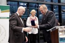 Zdjęcie przedstawiające wręczenie medalu JM Rektorowi Warszawskiego Uniwersytetu Medycznego
