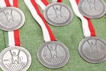 Zdjęcie przedstawiające okolicznościowe medale wręczane na otwarciu Centrum Sportowo-Rehabilitacyjnego WUM