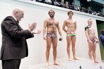 Zdjęcie przedstawiające zwycięzców pierwszych zawodów pływackich
