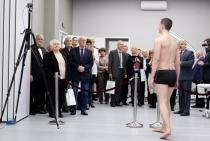 Zdjęcie przedstawiające zwiedzanie przez gości nowootwartego Centrum Sportowo-Rehabilitacyjnego WUM